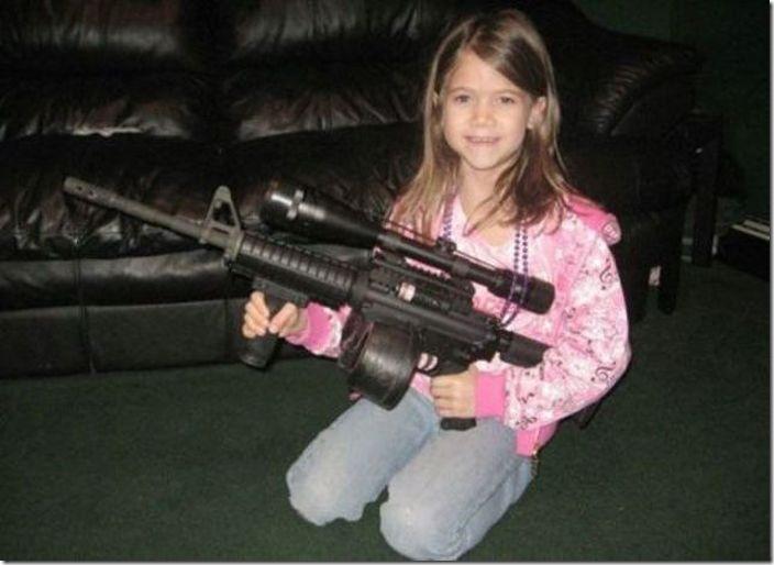 銃で遊ぶ子供とバカ親 (12)