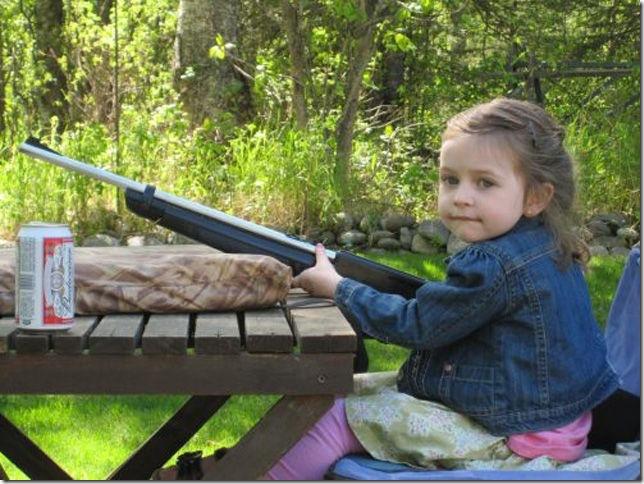 銃で遊ぶ子供とバカ親 (26)
