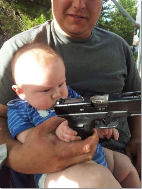 銃で遊ぶ子供とバカ親 (37)